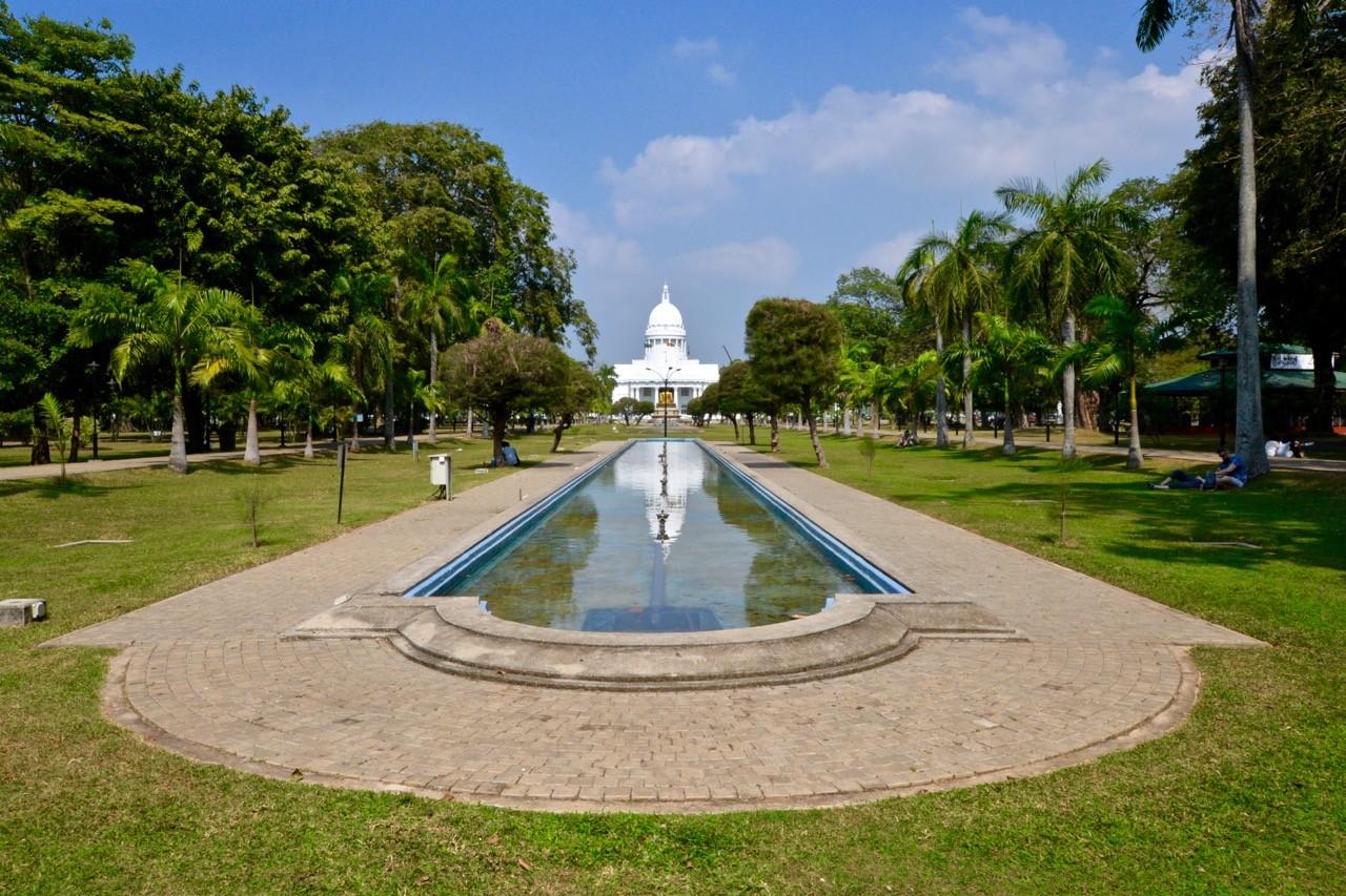 thing to do in colombo: vihamaharadevi park