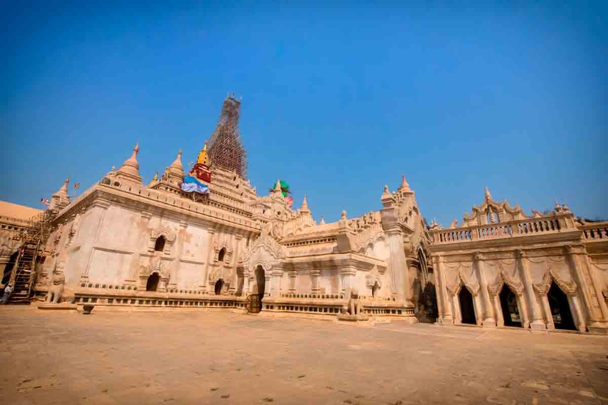Cycling-Bagan-Ananda-Temple