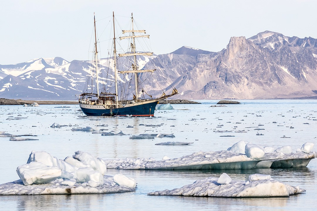 adventure sailing holidays-svalbard