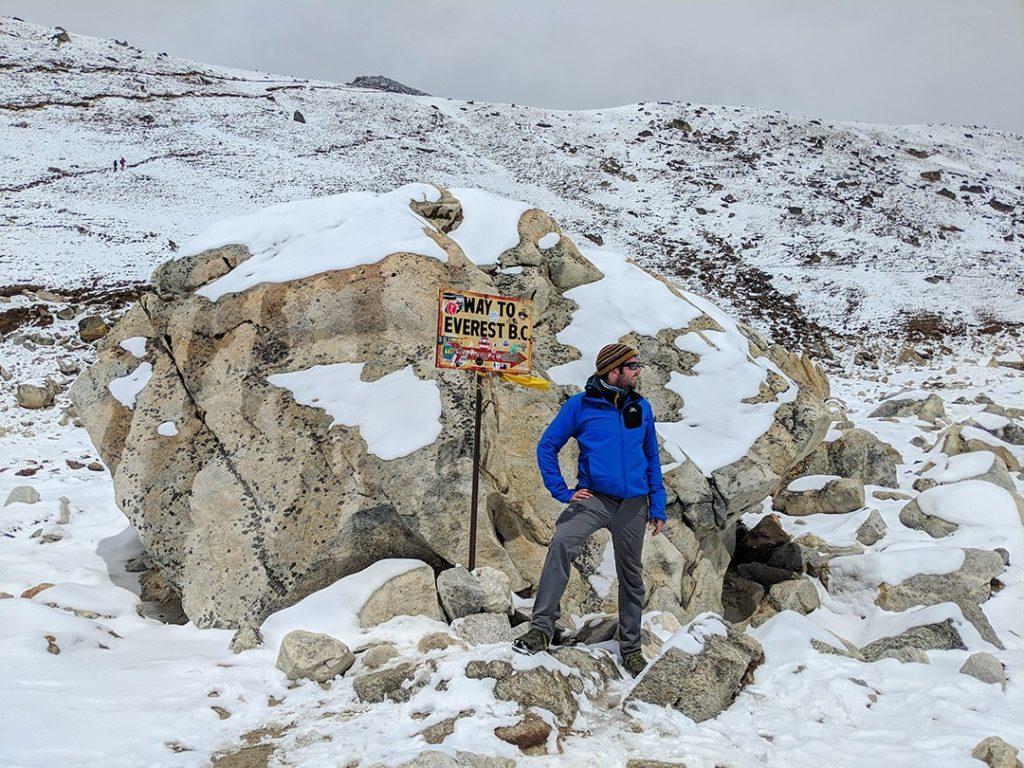 Эверест против К2: Питер на Эвересте до нашей эры поход К2 Эверест против базового лагеря К2: какой поход вам больше подходит? Everest base camp trek  E2 80 93 EBC sign Pete 1 1024x768