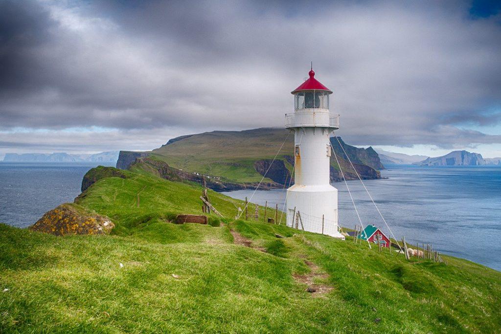 микинский маяк Фарерские острова 6 лучших походов на Фарерских островах Lighthouse Mykines Faroe Islands 1024x683