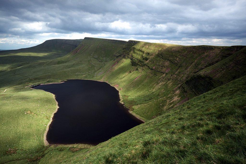 Llyn Fan y Fach - ледниковое озеро, которому 20 000 лет Национальные парки Уэльса Национальные парки Уэльса: какой из них вам подходит? national parks in wales lake 1024x683